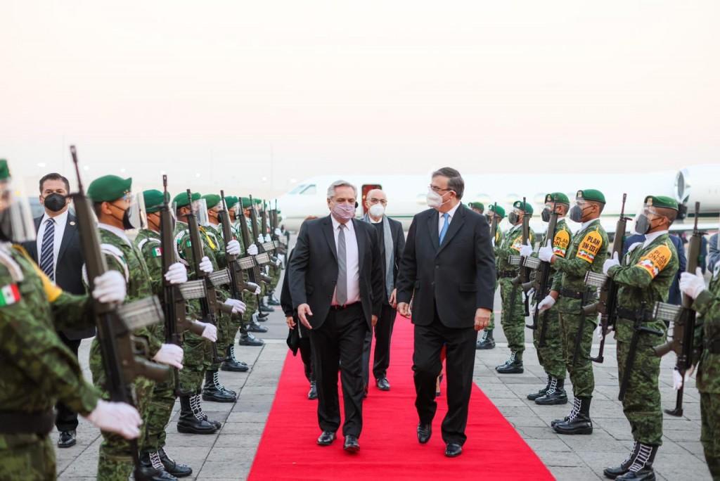 El Presidente arribó a México para participar de las ceremonias por los 200 años de la independencia
