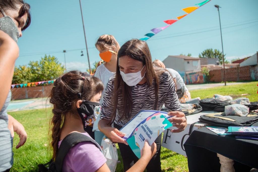 Con la entrega de más de 1.000 mochilas, el Municipio sigue acompañando a los alumnos