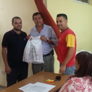 El Centro de Empleados de Comercio de Campana entrega guardapolvos a sus afiliados