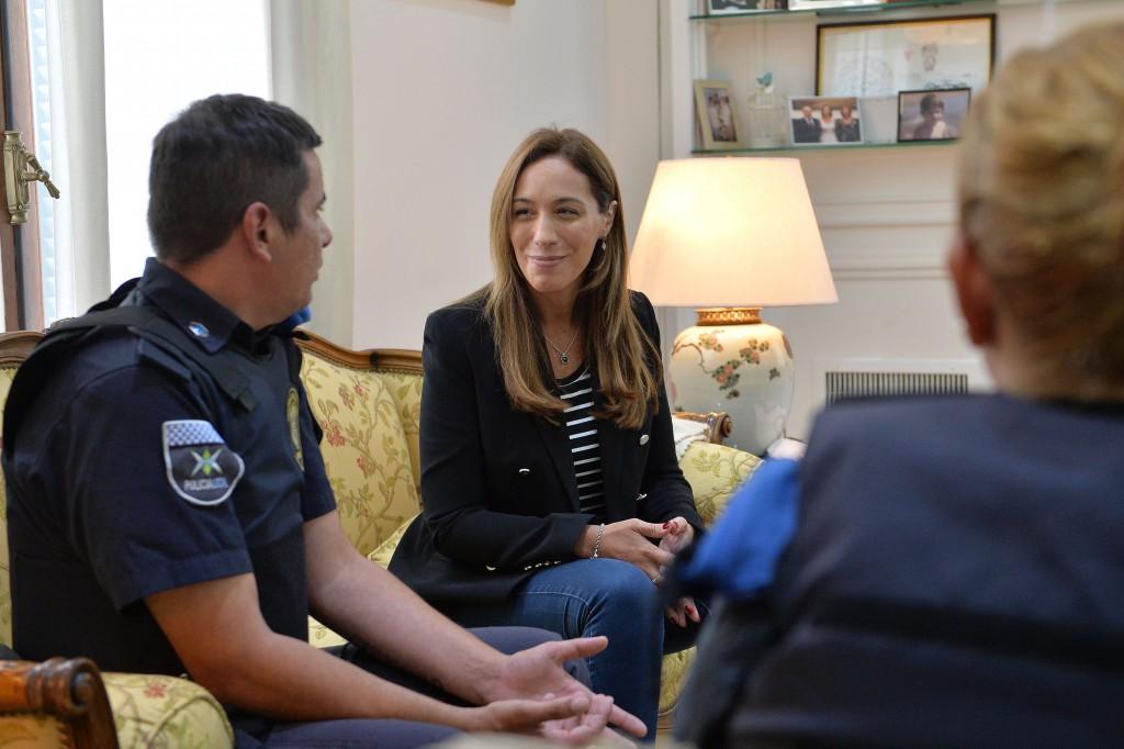 MARÍA EUGENIA VIDAL RECIBIÓ A POLICÍAS QUE SALVARON LA VIDA DE UN NENE CON MANIOBRAS DE RCP