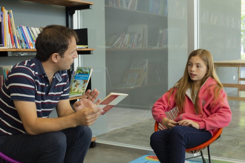 Abella recibió a la primera socia del nuevo edificio de la Biblioteca Pública Municipal