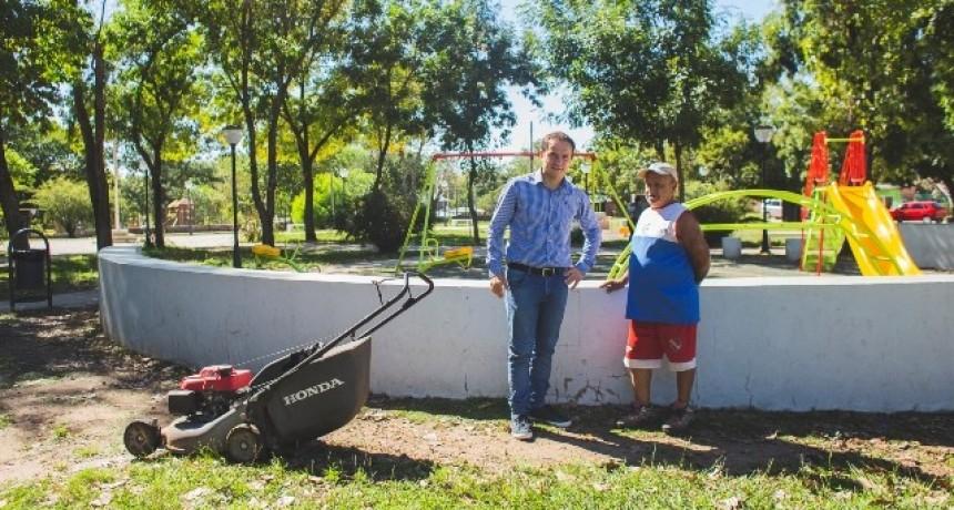 Nicolás, el vecino de Otamendi que a diario cuida la plaza del barrio