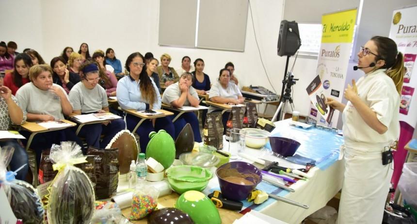 Vecinas participaron de una capacitación gratuita sobre elaboración de huevos de pascuas