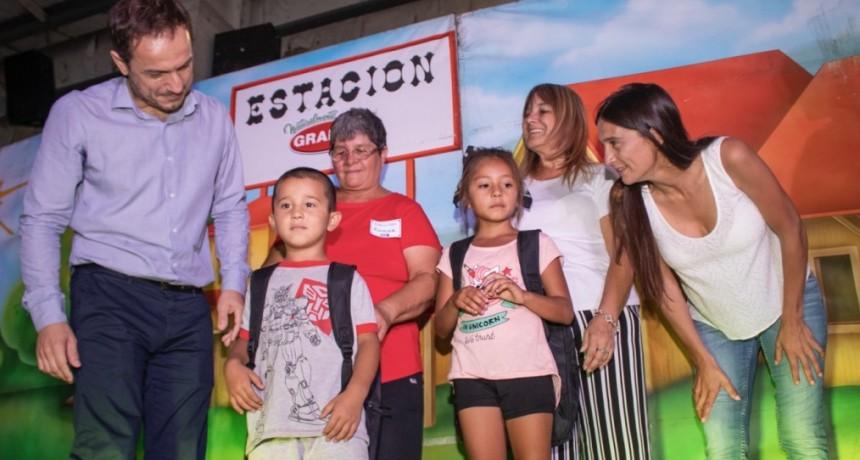 Más de 1.000 niños que inician primer grado recibieron mochilas y kits escolares