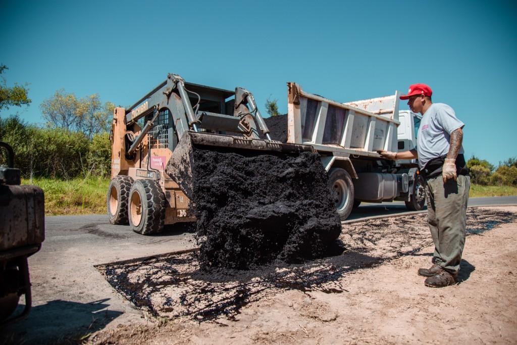 El Municipio realiza el mantenimiento de la calle de acceso a Las Praderas
