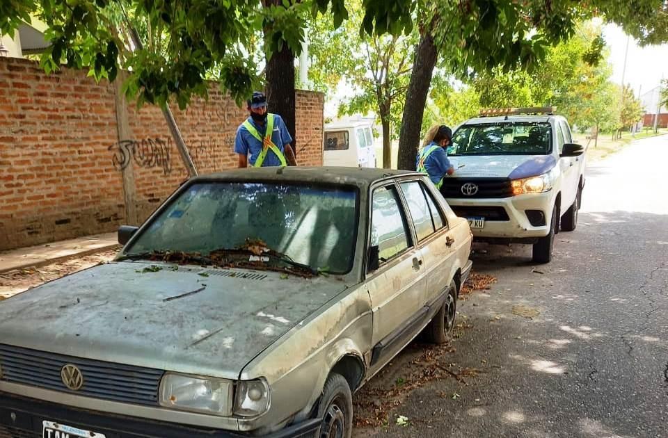 Trasladan y retiran vehículos abandonados en las calles de barrio Siderca