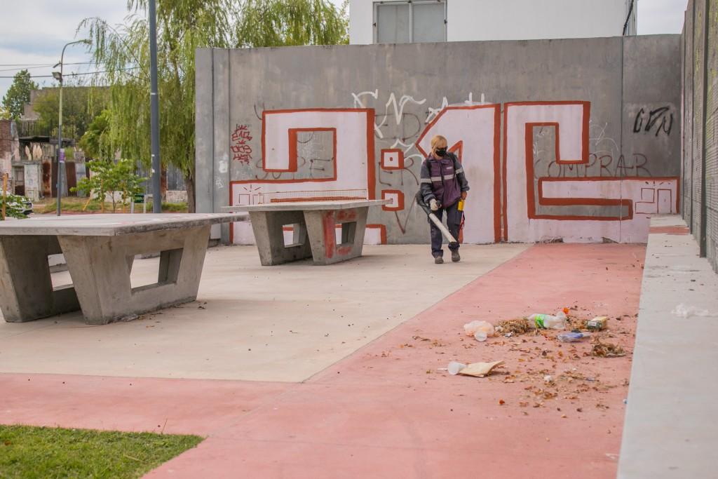 Realizan trabajos de mantenimiento integral de la Plaza de las Carretas