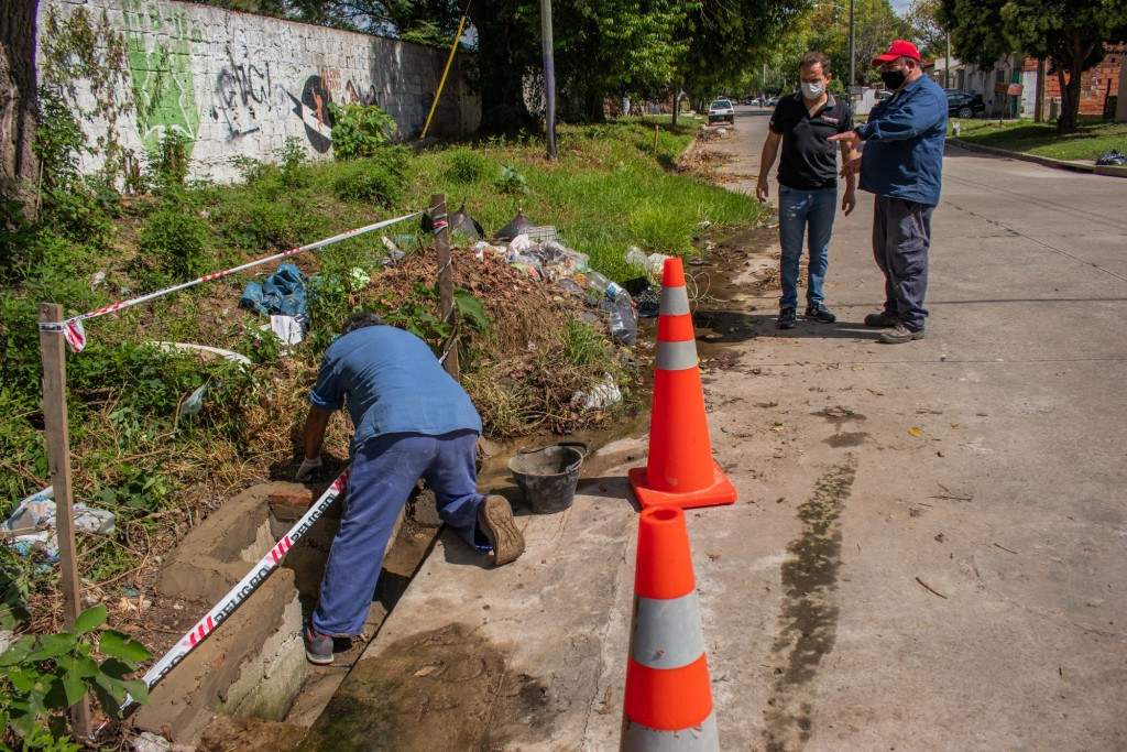 Una cuadrilla de Espacio Público trabaja en la reparación de las bocas de tormenta