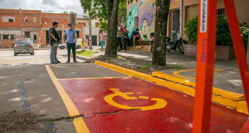El Municipio realiza tareas de pintura para la señalización vial en las escuelas
