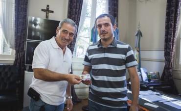El Intendente recibió su carnet de socio de Villa Dálmine