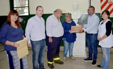 El Municipio entregó una placa a la cooperadora de la Escuela N°5 por sus 75 años de vida