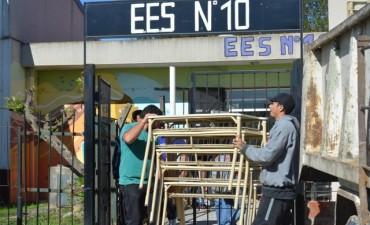 Entregan mobiliario a tres escuelas públicas de la ciudad