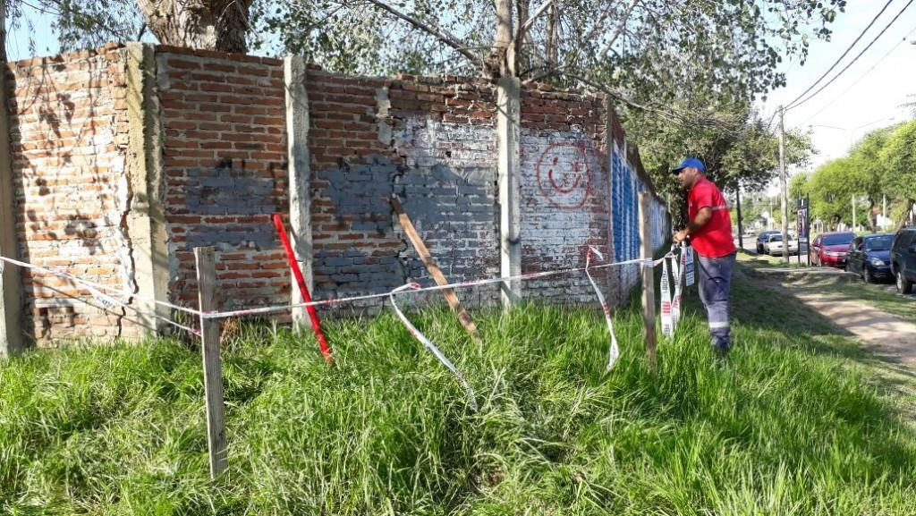 Perón y Necochea: el Municipio actuó preventivamente para evitar un derrumbe e intimará al dueño del lugar