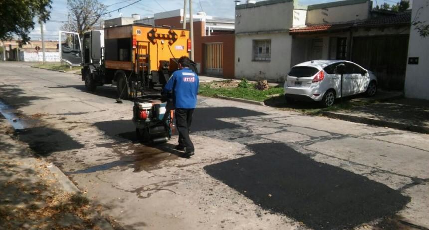 El nuevo camión para bacheo repara calles de la ciudad