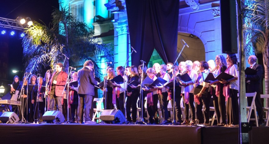 Con una Gala Lírica, el Coro Polifónico Municipal engalanó la plaza Eduardo Costa