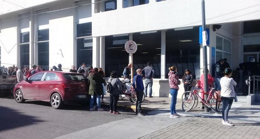 Por la apertura de los bancos hoy viernes la  Avenida Rocca permanece cerrada al tránsito