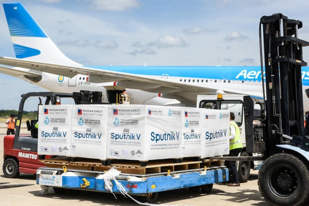 Arriba a las 20.15 hs un avión de Aerolíneas Argentinas con 800.000 dosis 1 de Sputnik V