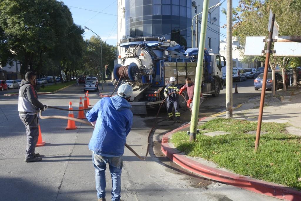 Trabajan en la limpieza de desagües y pluviales en distintos puntos de la ciudad