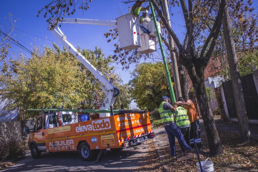 Comenzó la colocación de 600 nuevas luminarias LED en el casco urbano