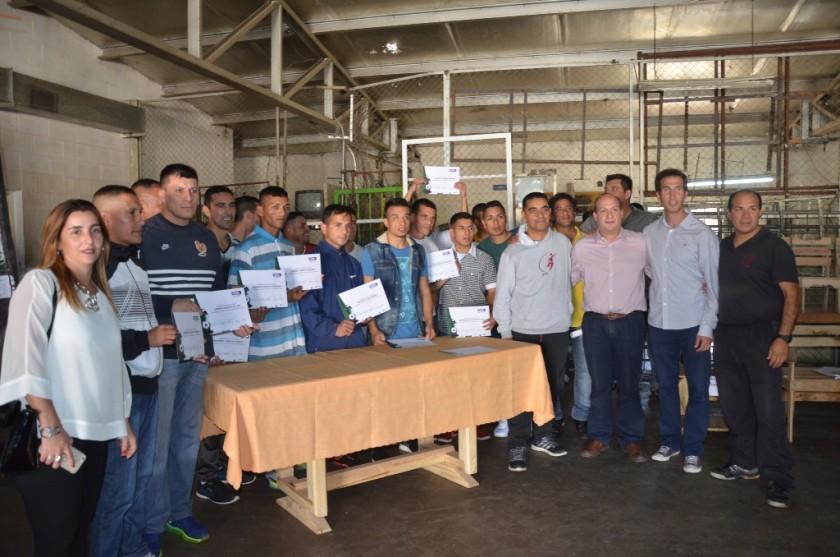 El ministro Ferrari y el Intendente entregaron certificados de un curso de arbitraje a internos de la UP N°41