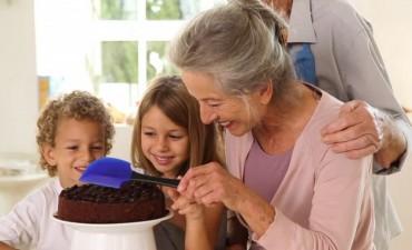 Los adultos mayores pueden inscribirse a los talleres de teatro y pastelería