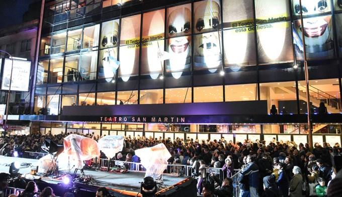 Con más de 300 artistas en la calle se celebró la reapertura del Teatro San Martín