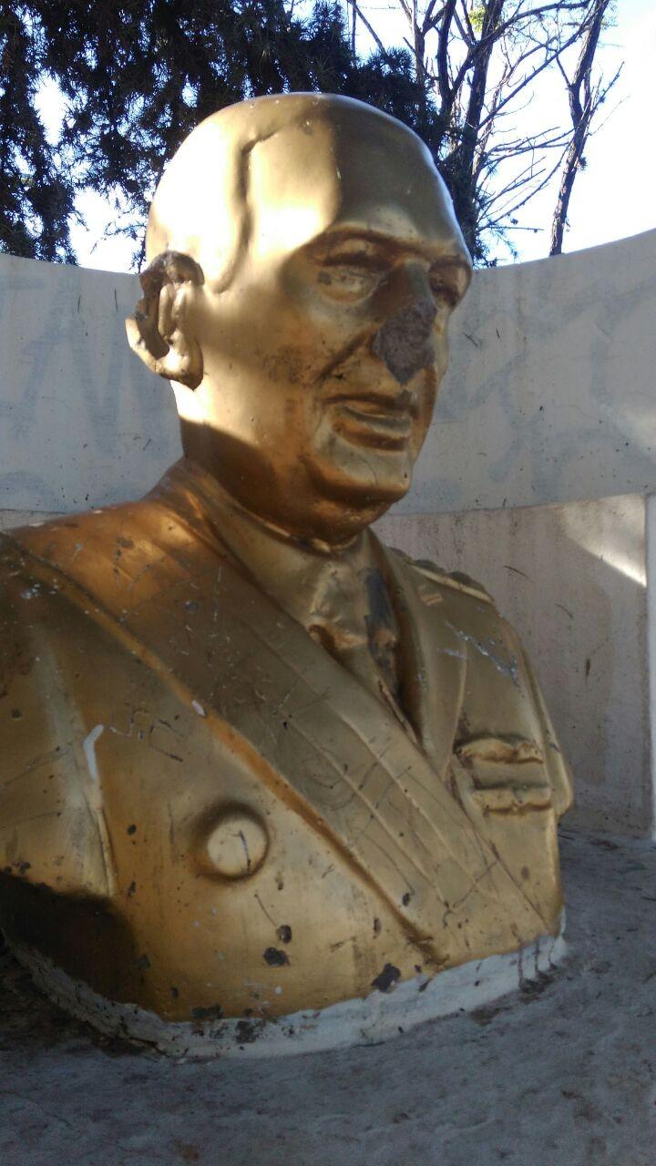 Nuevo atentado contra los bustos de Peròn y Kirchner en la Plaza Eduardo Costa