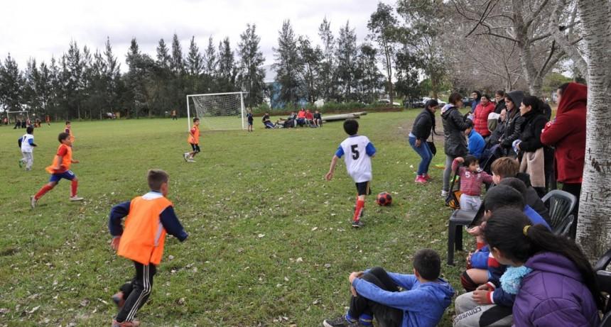 Niños de las escuelas municipales de fútbol participaron de una jornada deportiva