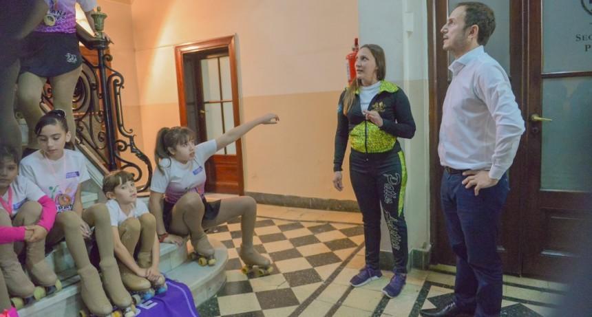 Abella recibió a los alumnos de la Escuela Municipal de Patín