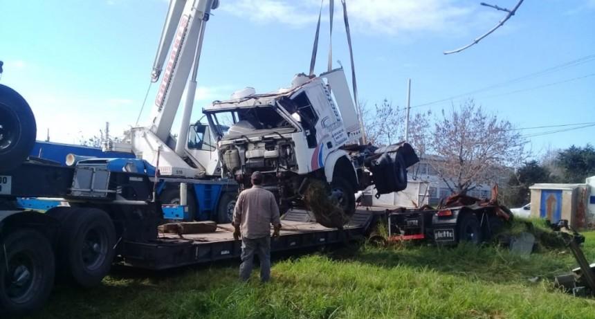 Retiran vehículos abandonados en un predio de Vitramu