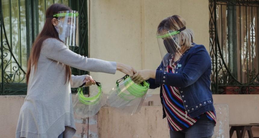 Elisa Abella entregó protectores faciales para prevenir el Covid-19