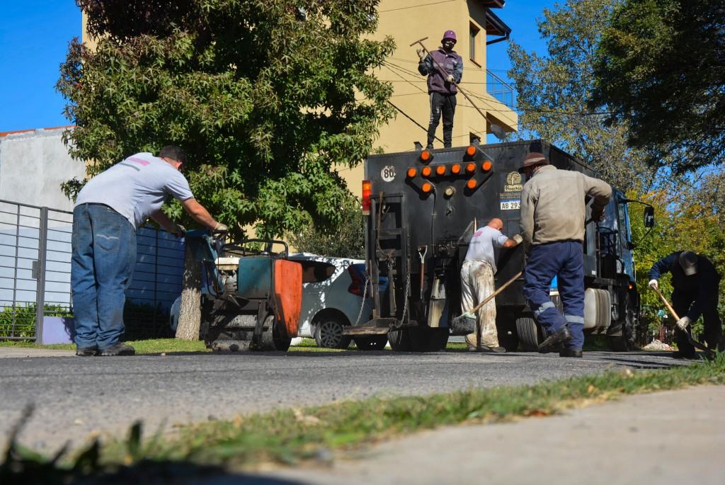 Don Francisco: realizan trabajos de bacheo en la calle Lavezzari