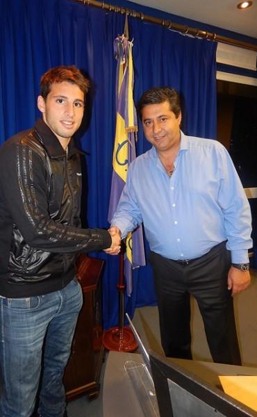 El delantero Jonathan Calleri firmó su contrato con Boca