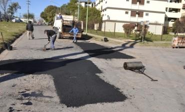 Cuadrillas municipales realizaron trabajos de bacheo en distintos barrios de la ciudad