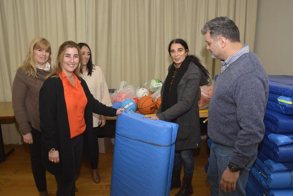El Municipio entregó material deportivo a la Escuela de Educación Técnica N°2