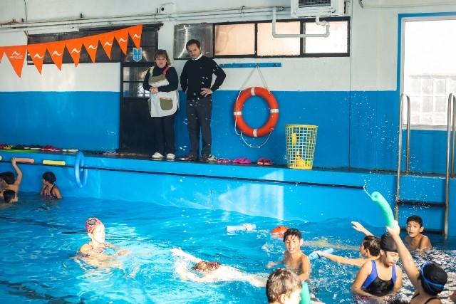 Natación escolar: más de 600 alumnos de la ciudad disfrutan de clases gratuitas