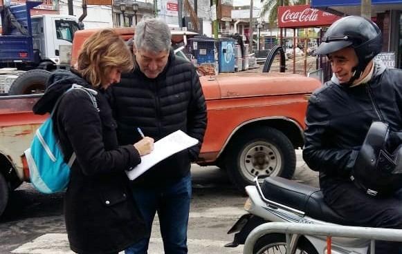 Vecinos firman en apoyo a la baja del combustible