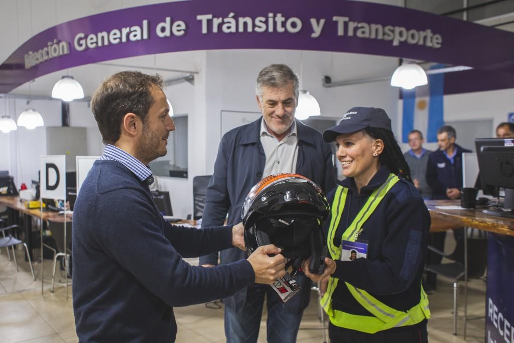Inspectores de tránsito, que circulan en moto, recibieron nuevos cascos