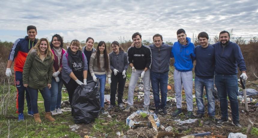 """Participantes de """"Soy joven, soy voluntario"""" limpiaron un micro basural en La Josefa"""