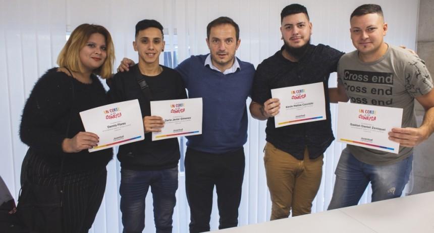 Abella felicitó a jóvenes peluqueros que realizaron una jornada solidaria