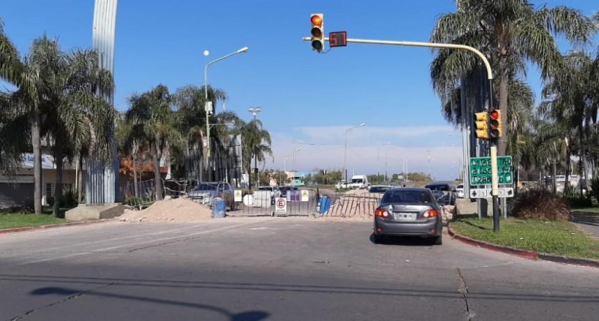 Prohíben girar a la izquierda en el semáforo del Arco