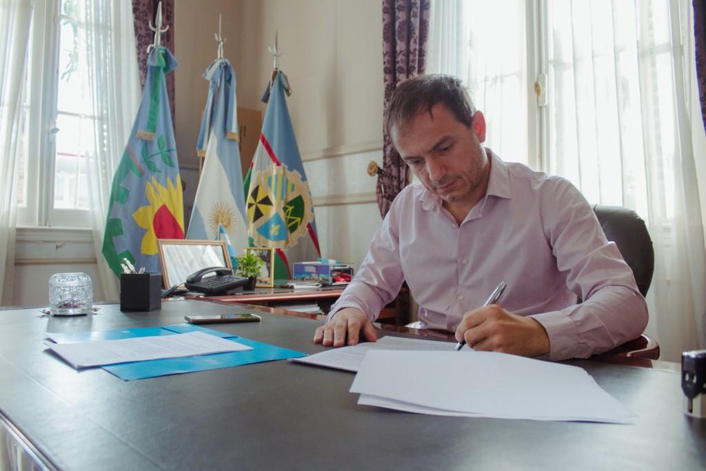 Rotonda: Abella firmó el convenio que dará inicio a una obra muy esperada