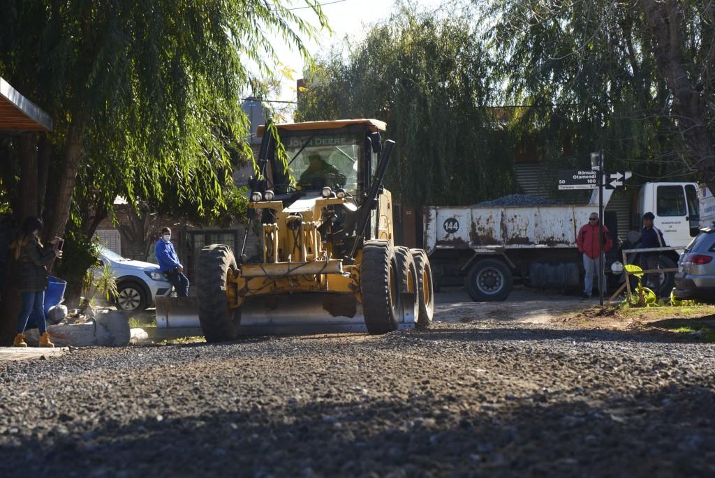 El Municipio coloca escoria en calles del barrio Otamendi para mejorar la transitabilidad