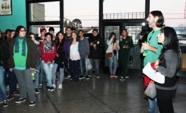 """Jóvenes participaron de una función especial de """"Abzurdah"""" en el Cine """"Campana"""""""