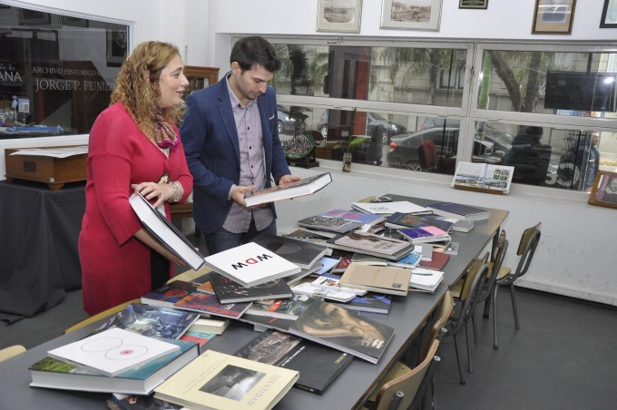 La Biblioteca Municipal recibió una donación de libros por parte de Tenaris y Fundación PROA