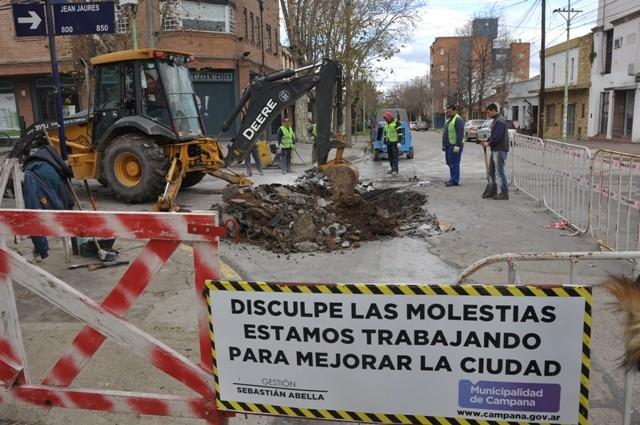Comenzó la obra de reparación del profundo bache de Jean Jaures y San Martín