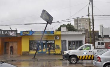 Cartelería peligrosa sobre avenida Mitre: Defensa Civil coordinó un operativo para llevar seguridad a los vecinos