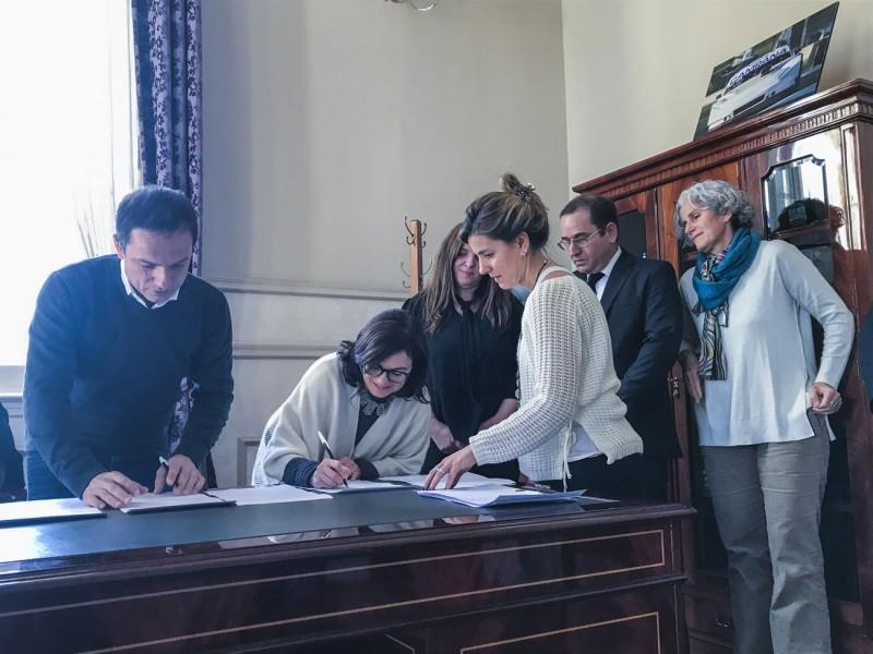 El Municipio firmó un acuerdo con Telecom y Personal para agilizar la gestión de reclamos