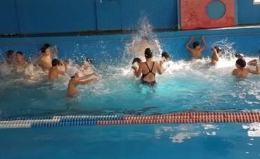 Arrancaron las clases de natación como parte de la actividad escolar