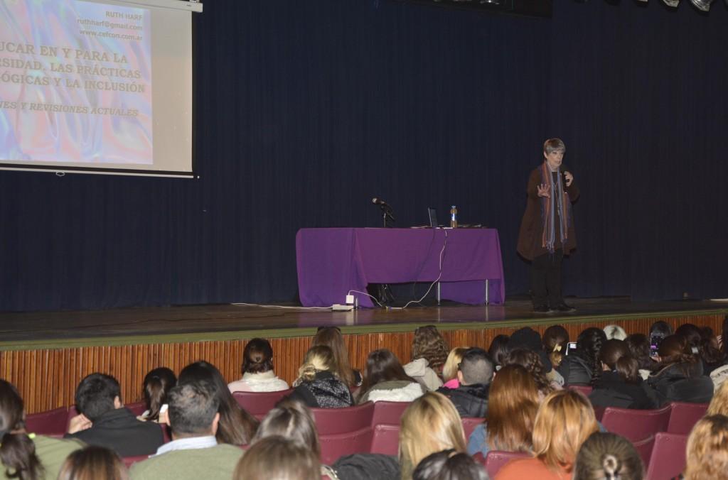 """Más de 150 docentes participaron de la conferencia """"Educar en y para la diversidad"""""""